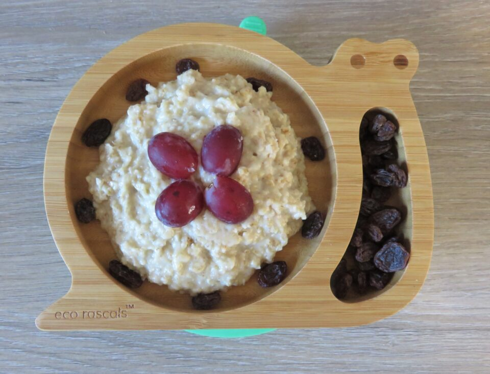 the snail plate with porridge, grapes and raisins