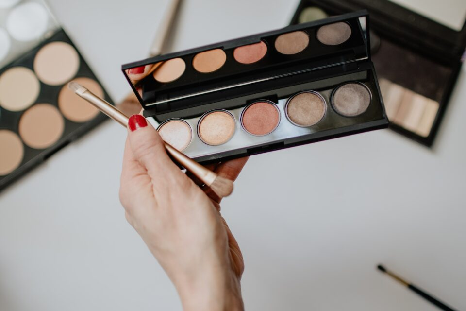 a makeup palette in a ladies hand